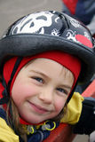 Glimlachend meisje in een helm. Stock Afbeelding