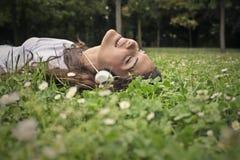 Glimlachend meisje in een weide stock afbeelding