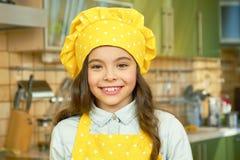 Glimlachend meisje in eenvormige chef-kok Royalty-vrije Stock Afbeeldingen