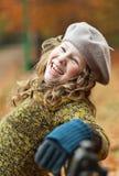 Glimlachend meisje in grijze baret royalty-vrije stock foto's