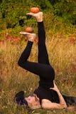 Glimlachend meisje in heksenkostuum het praktizeren yoga Royalty-vrije Stock Fotografie