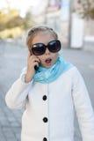 Glimlachend meisje in het spreken op celtelefoon Stock Afbeeldingen