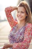 Glimlachend meisje in kleding op straat, gestemde foto Royalty-vrije Stock Afbeelding