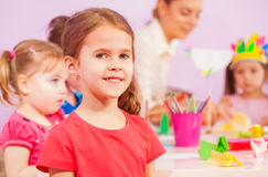 Glimlachend meisje in kleuterschoolklaslokaal Stock Afbeeldingen