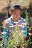 Glimlachend meisje met bloemen Stock Afbeeldingen