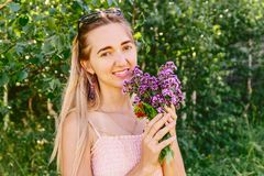 Glimlachend meisje met bloemenorego Stock Foto