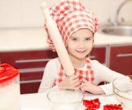 Glimlachend meisje met chef-kokhoed Stock Afbeelding