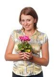 Glimlachend meisje met cyclamens royalty-vrije stock afbeelding