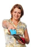 Glimlachend meisje met een beurs en creditcard in handen stock foto