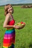 Glimlachend meisje met een mand van appelen Royalty-vrije Stock Foto