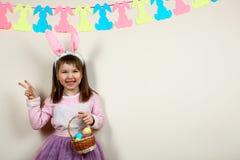 Glimlachend meisje met een mand van paaseieren Royalty-vrije Stock Foto's
