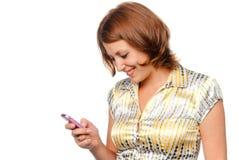 Glimlachend meisje met een mobiele telefoon stock afbeeldingen