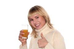 Glimlachend meisje met Glas sap royalty-vrije stock afbeelding