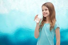 Glimlachend meisje met glas water Royalty-vrije Stock Fotografie