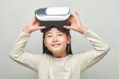 Glimlachend meisje met glazen van virtuele werkelijkheid stock foto's