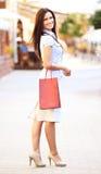 Glimlachend meisje met het winkelen zakken stock afbeelding