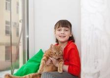 Glimlachend meisje met kat Royalty-vrije Stock Afbeeldingen