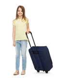 Glimlachend meisje met koffer Stock Foto's