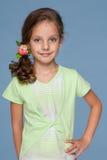 Glimlachend meisje met mooi kapsel stock foto