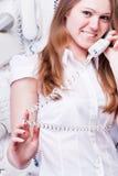 Glimlachend meisje met oude telefoon stock afbeelding