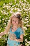 Glimlachend meisje met paardebloembloemen royalty-vrije stock foto