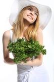 Glimlachend meisje met salade Stock Afbeeldingen