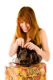 Glimlachend meisje met sandals Royalty-vrije Stock Foto