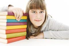 Glimlachend meisje met schoolboeken op de lijst. royalty-vrije stock fotografie