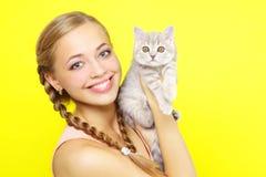 Glimlachend meisje met Schotse Recht Royalty-vrije Stock Afbeeldingen