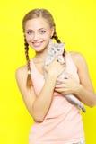 Glimlachend meisje met Schotse Recht Royalty-vrije Stock Afbeelding