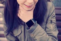 Glimlachend meisje met slim horloge royalty-vrije stock afbeeldingen