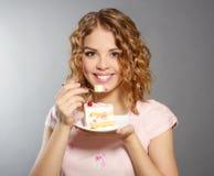 Glimlachend meisje met stuk van cake Stock Fotografie