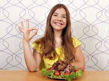 Glimlachend meisje met vleesballetjes en o.k. handteken royalty-vrije stock afbeeldingen