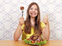 Glimlachend meisje met vleesballetjes omhoog maaltijd en duim royalty-vrije stock fotografie