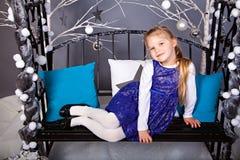Glimlachend meisje onder Kerstmisdecoratie stock foto