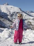 Glimlachend meisje op de sneeuw Stock Afbeeldingen