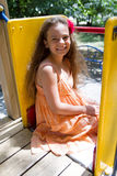 Glimlachend meisje op de speelplaats stock afbeelding