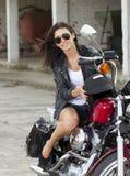 Glimlachend meisje op een motorfiets royalty-vrije stock foto