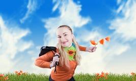 Glimlachend meisje op een weide stock fotografie