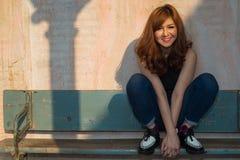 Glimlachend meisje op houten bank Stock Afbeeldingen
