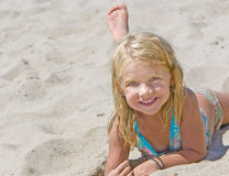 Glimlachend Meisje op Zand Stock Fotografie
