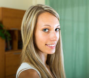 Glimlachend meisje thuis Royalty-vrije Stock Foto