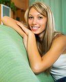 Glimlachend meisje thuis Royalty-vrije Stock Fotografie