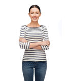 Glimlachend meisje in toevallige clother met gekruiste wapens Royalty-vrije Stock Foto's