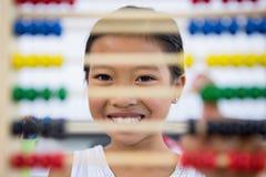 Glimlachend meisje voor telraam in klaslokaal stock afbeeldingen