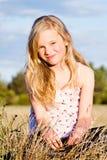 Glimlachend meisje in weide Stock Afbeeldingen