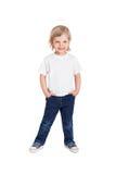 Glimlachend meisje in witte die t-shirt op een wit wordt geïsoleerd Stock Foto