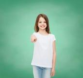 Glimlachend meisje in witte lege t-shirt Stock Fotografie