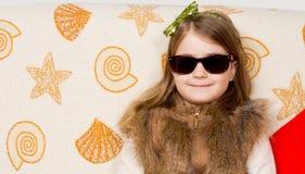 Glimlachend meisje in zonnebril stock afbeeldingen