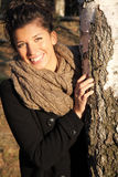 Glimlachend meisje in zonsonderganglicht Stock Foto's